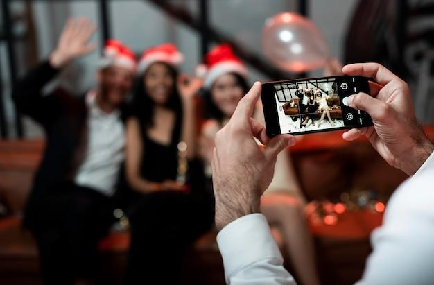 Pessoa tirando uma foto de seus melhores amigos na festa de ano novo