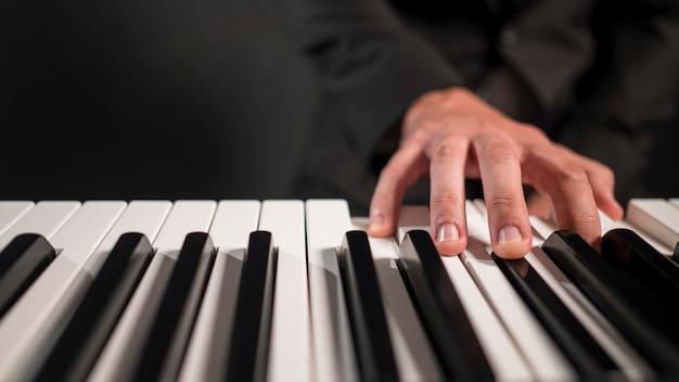 Pessoa tocando piano digital em close-up