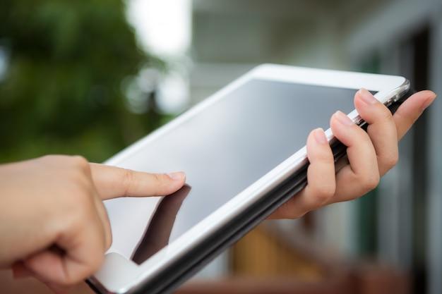 Pessoa tocar em um tablet