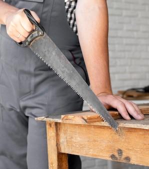 Pessoa trabalhando em close-up de madeira