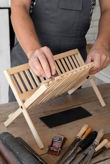 Pessoa trabalhando em um objeto de madeira