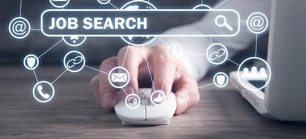 Pessoa usando o mouse do computador. procura de emprego
