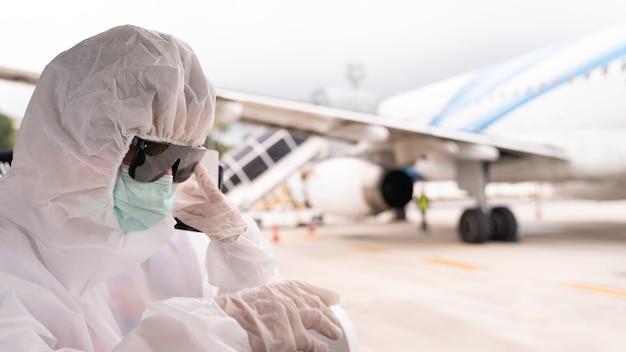 Pessoa usando traje de proteção epi com máscara