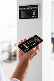Pessoa usando um smartphone em sua casa automatizada
