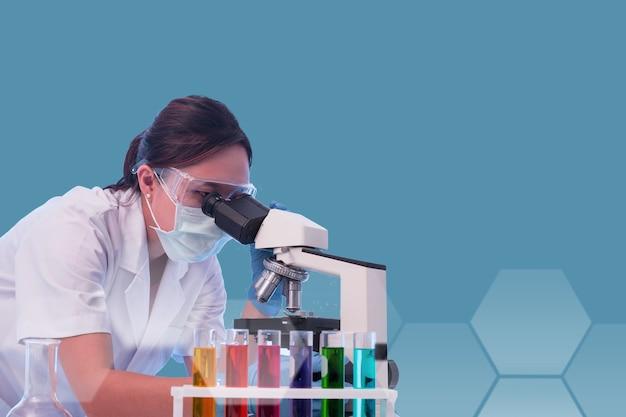 Pessoal de laboratório pesquisa e análise de teste químico com microscópio na sala de laboratório.