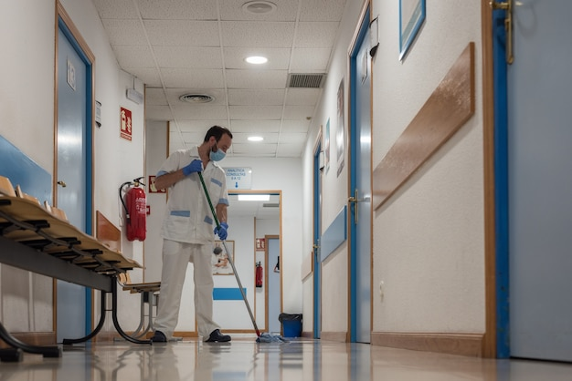 Pessoal de limpeza que realiza trabalhos de desinfecção e higiene nas instalações