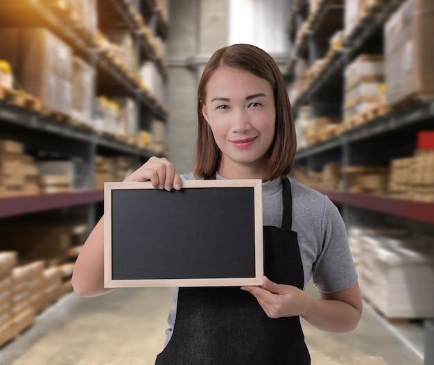 Pessoal feminino, segurando, chalkboard