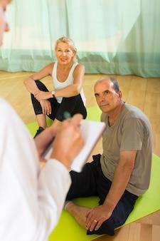Pessoal médico com pessoas seniores na academia