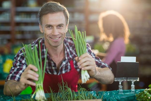 Pessoal organizando legumes na seção orgânica