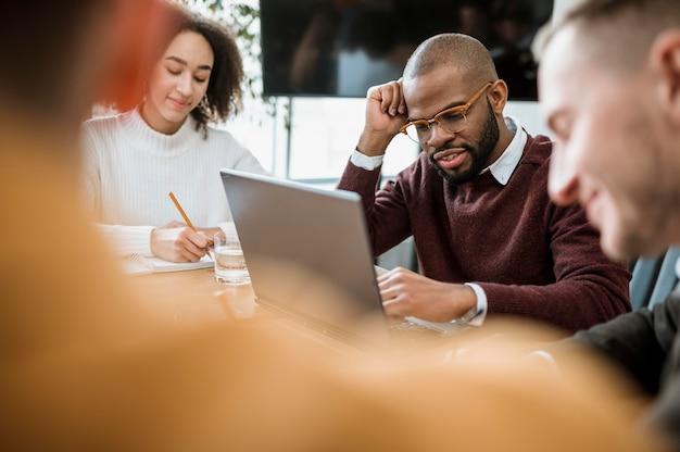 Pessoas à mesa no escritório durante uma reunião