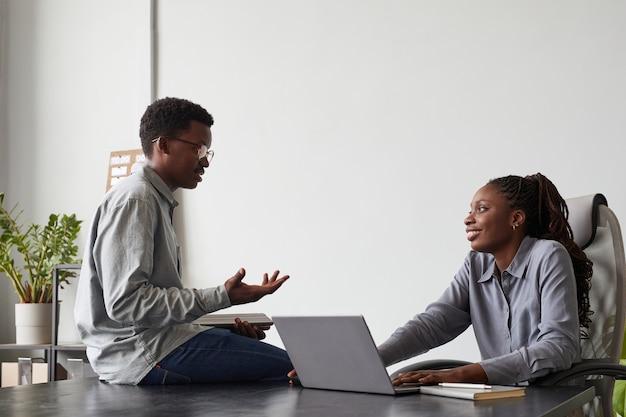 Pessoas afro-americanas conversando no escritório