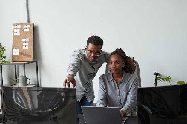 Pessoas afro-americanas trabalhando juntas no escritório