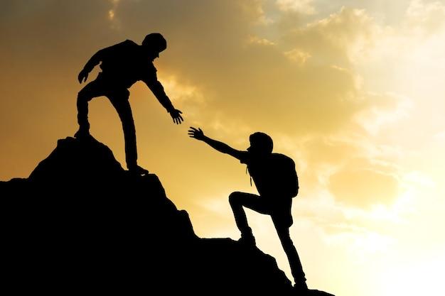 Pessoas ajudando na montanha pico trabalho de sucesso de equipe