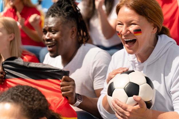 Pessoas alegres assistindo a um jogo de futebol