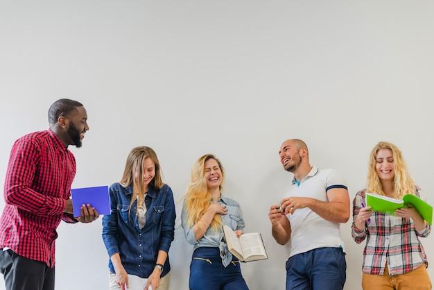 Pessoas alegres em processo de comunicação