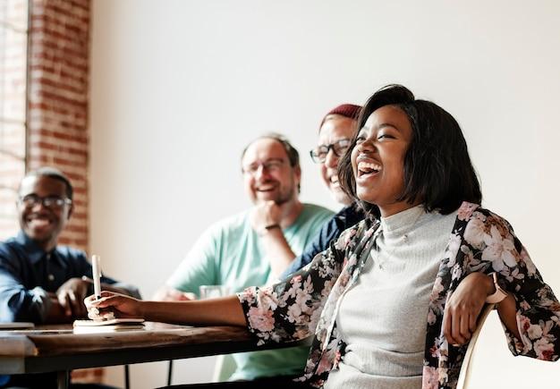 Pessoas alegres em uma reunião