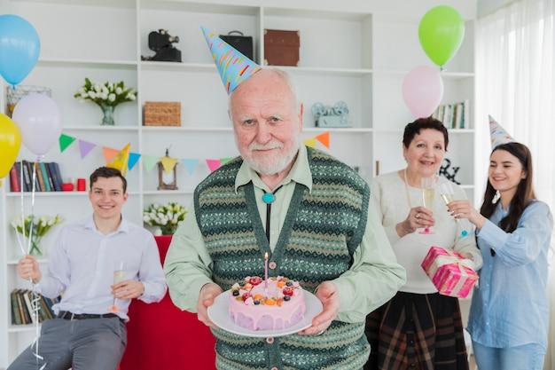 Pessoas altas comemorando aniversário