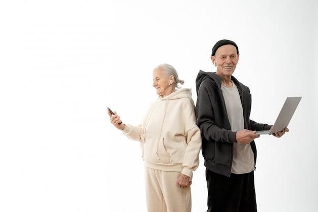 Pessoas altas usando um laptop e um smartphone isolado no fundo branco