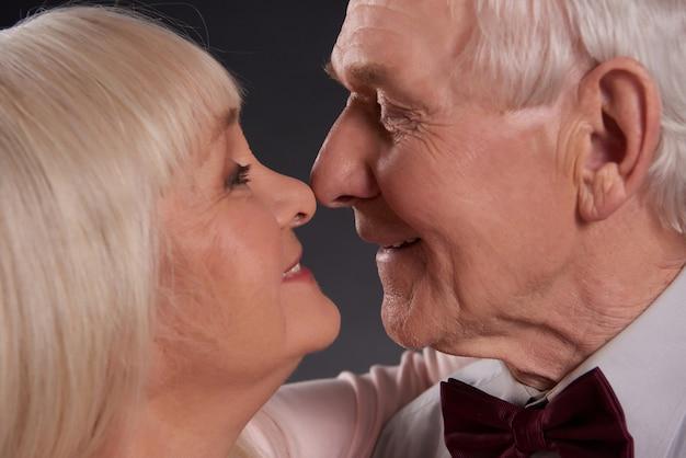 Pessoas amorosas estão beijando isoladas no fundo preto.