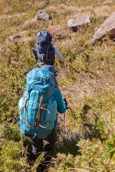 Pessoas andando com ótimas mochilas na paisagem montanhosa - trekking trekking mountaneering in mantiqueira range brazil