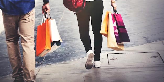 Pessoas andando com sacolas de compras