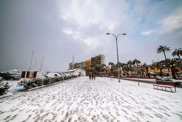 Pessoas andando no porto nevado da cidade espanhola de denia