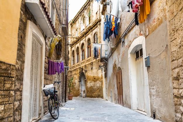 Pessoas andando pelas vielas da antiga cidade de bari.