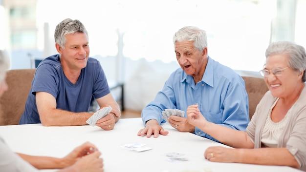 Pessoas aposentadas que jogam cartas juntas