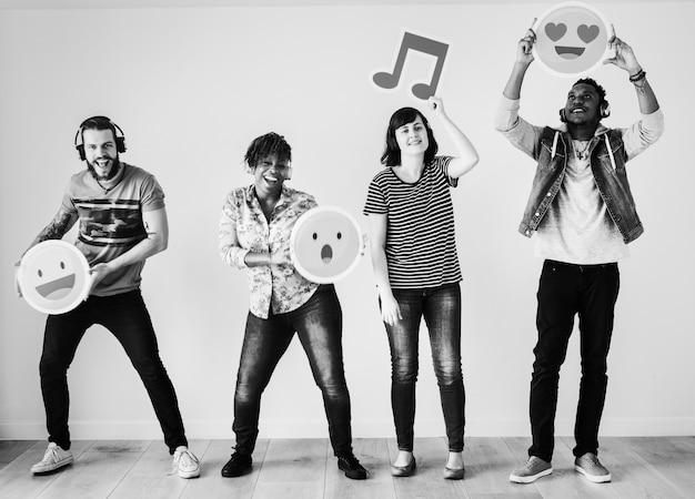 Pessoas apreciando música e emojis juntos