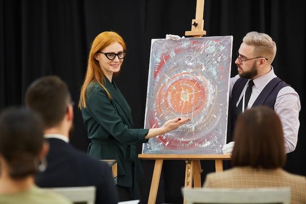 Pessoas apresentando nova arte moderna