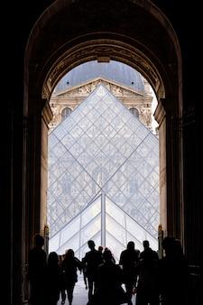 Pessoas às portas do museu do louvre