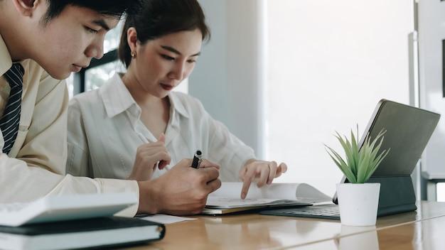 Pessoas asiáticas de negócios reunindo-se no escritório, funcionários diversos, pessoas, planejamento, trabalhar juntos, brainstorm, estratégia