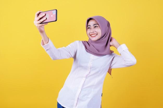 Pessoas asiáticas, tecnologia, conceito de estilo de vida. sorrindo tira uma selfie, envia boas vibrações positivas, gosta de videochamada online
