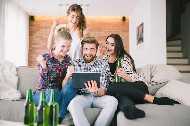 Pessoas assistindo jogo expressantemente fazendo festa