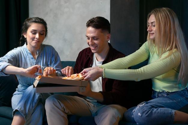 Pessoas assistindo netflix juntas em casa