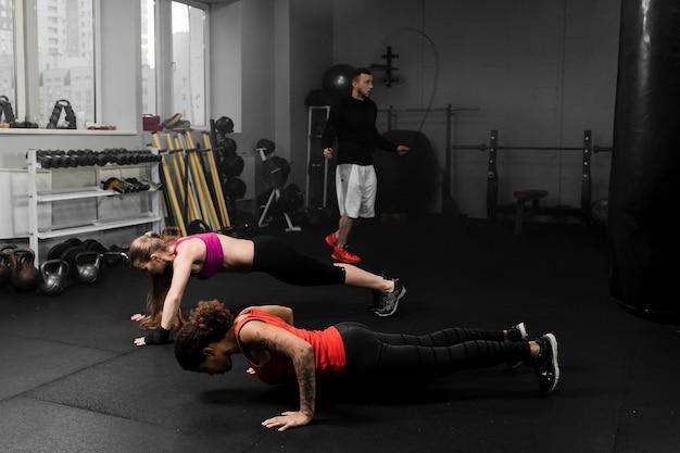 Pessoas atléticas, treinamento para competição de boxe
