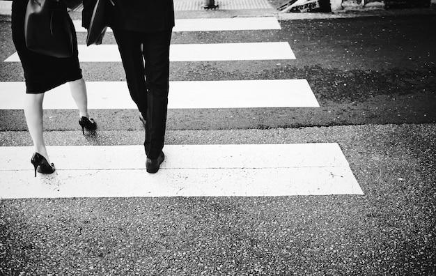 Pessoas atravessando uma estrada da cidade