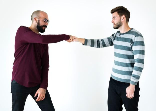 Pessoas batendo os punhos juntos