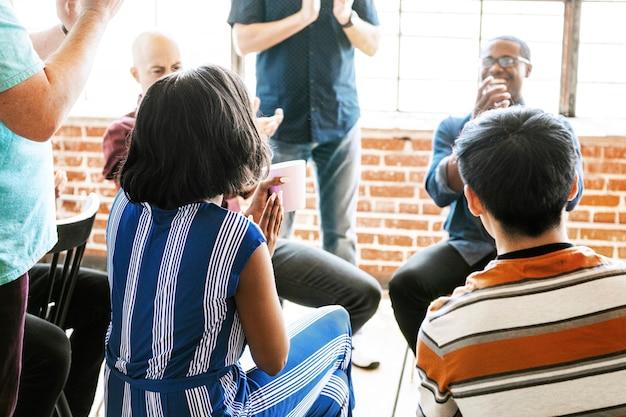 Pessoas batendo palmas em uma reunião