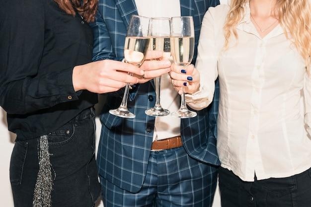 Pessoas batendo taças de champanhe