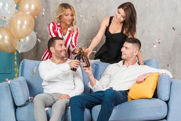 Pessoas bebendo álcool no sofá
