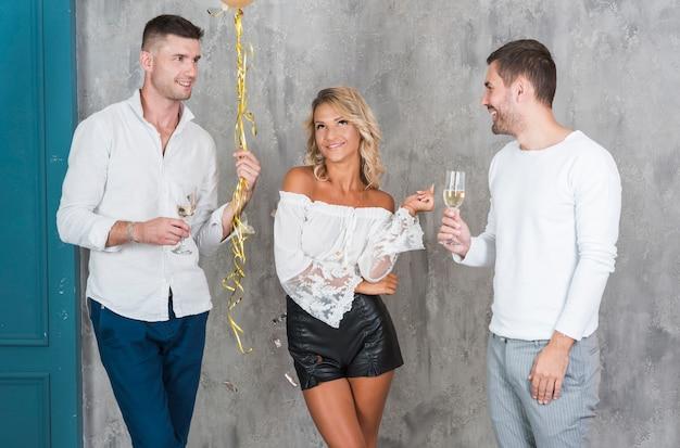 Pessoas bebendo champanhe e conversando