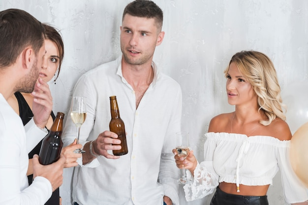 Pessoas bebendo e conversando