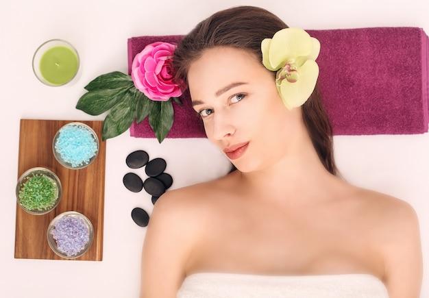 Pessoas, beleza, spa, cosmetologia e cuidados com a pele, fecham de mulher jovem e bonita deitado com os olhos fechados.