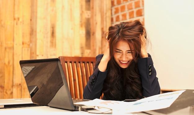 Pessoas bonitas de negócios estão frustradas com o trabalho realizado