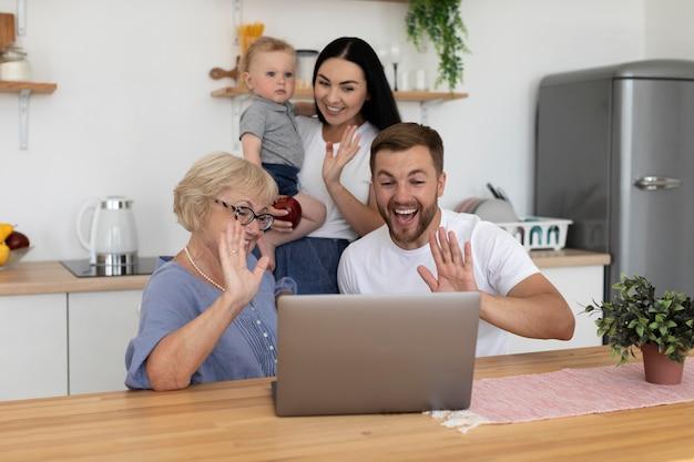 Pessoas bonitas em uma videochamada com a família em casa