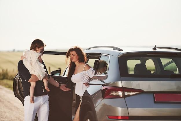 Pessoas bonitas estão no carro moderno nos fins de semana