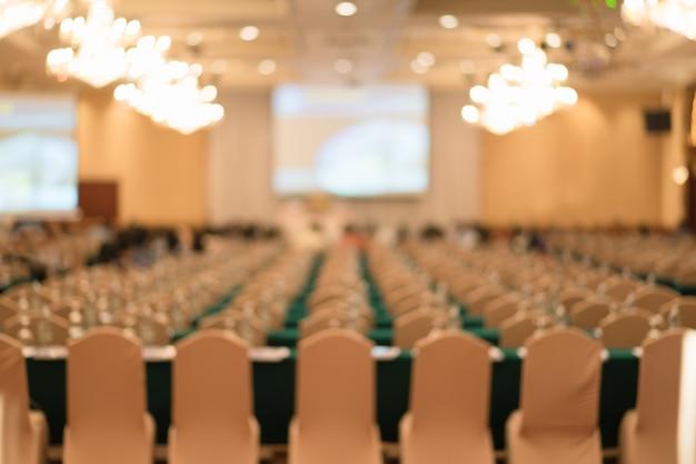 Pessoas borradas em seminário ou evento para o fundo