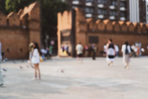 Pessoas borradas na antiga muralha da cidade na tailândia