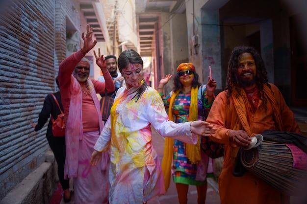 Pessoas brincam com cores.estival holi.india